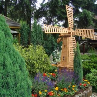 Wiatrak ogrodowy drewniany