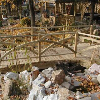Mostek drewniany z barierką na łukach