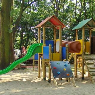 Plac zabaw Dwie Wieże z przejściem rurowym i drabinkami