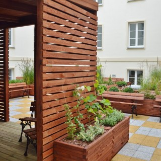 Meble drewniane i donice na patio