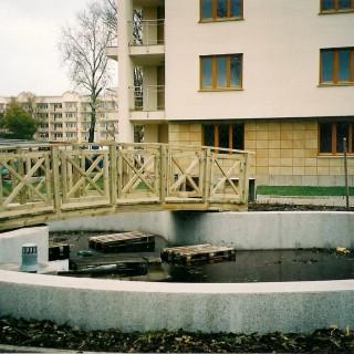 Most drewniany na stelażu metalowym